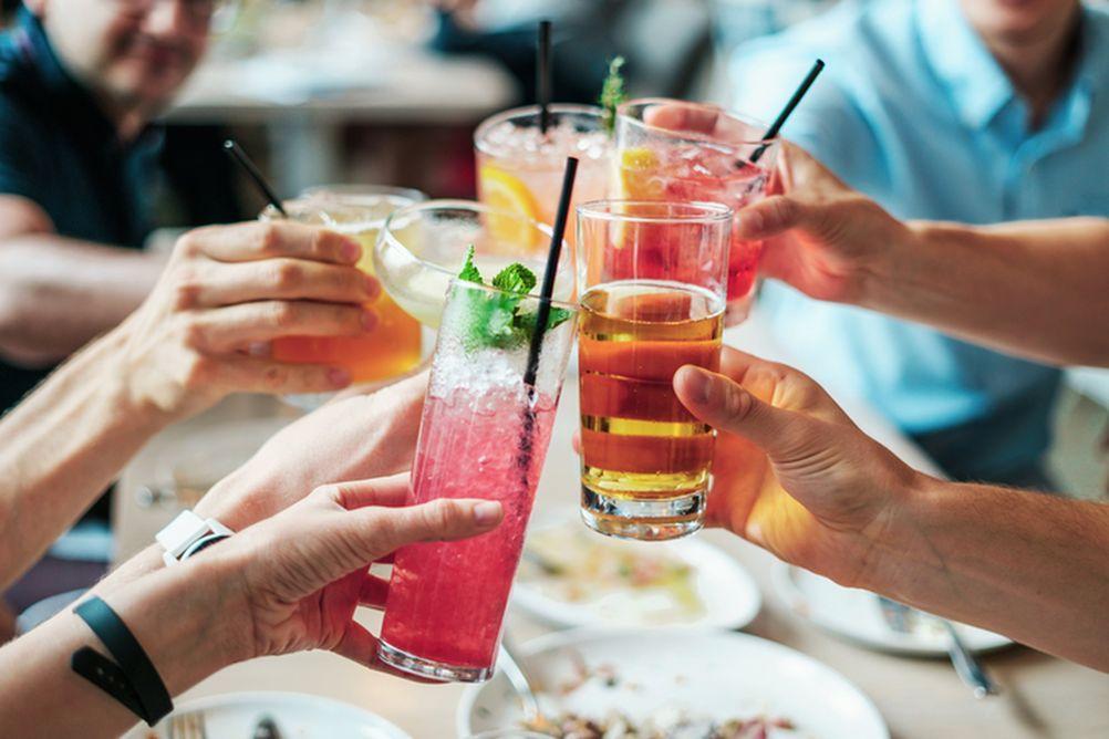 Apéro entre amis avec boisson à la framboise